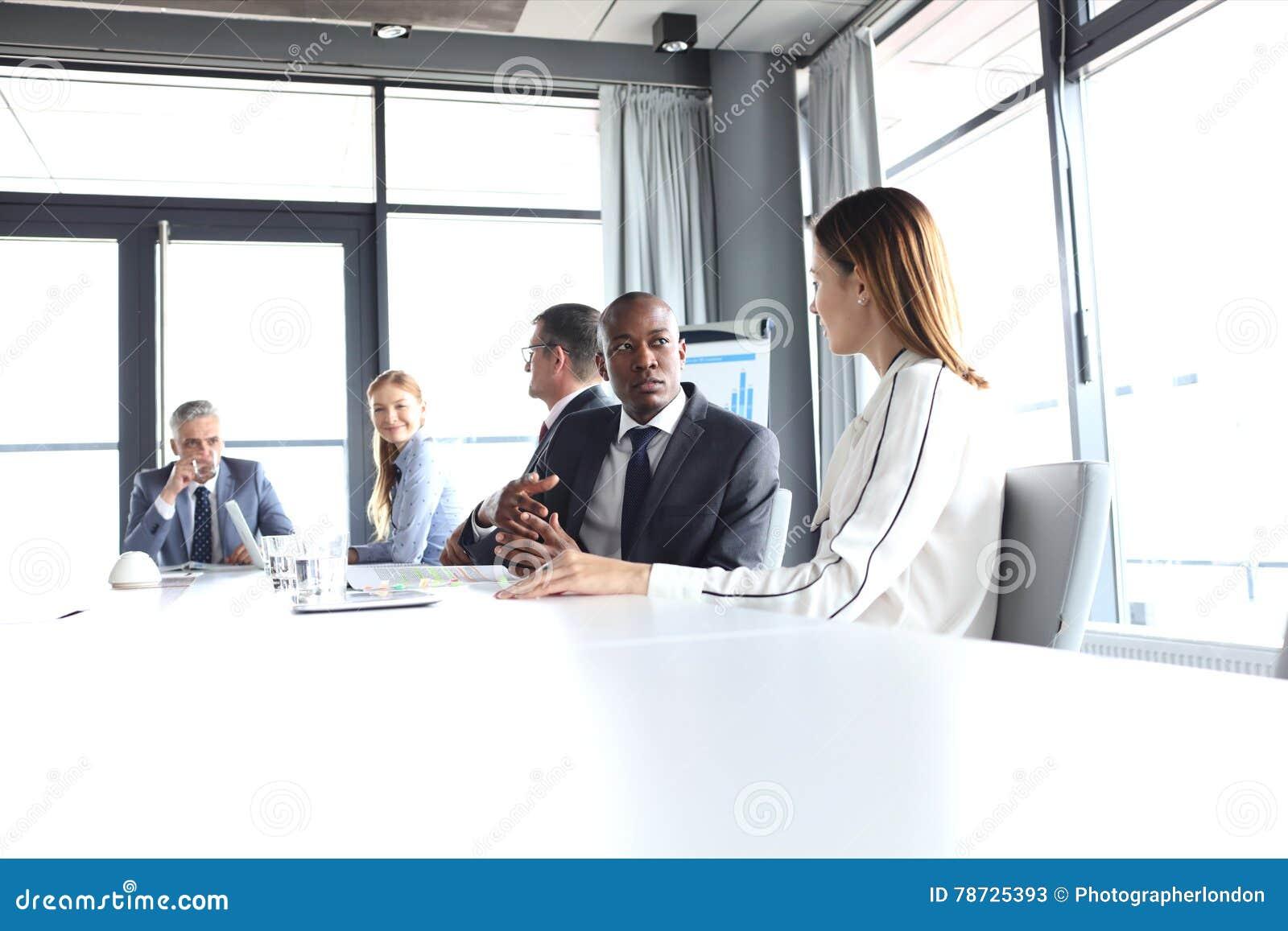 Ung affärsman som talar med den kvinnliga kollegan i bräderum