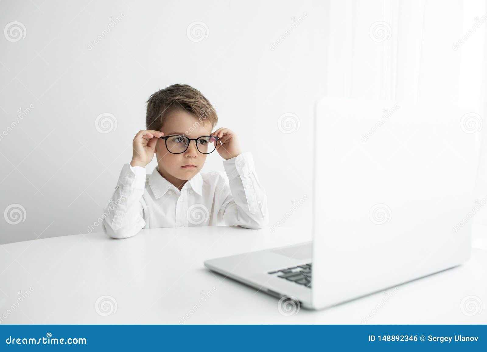 Ung aff?rsman som arbetar med b?rbara datorn p? kontoret