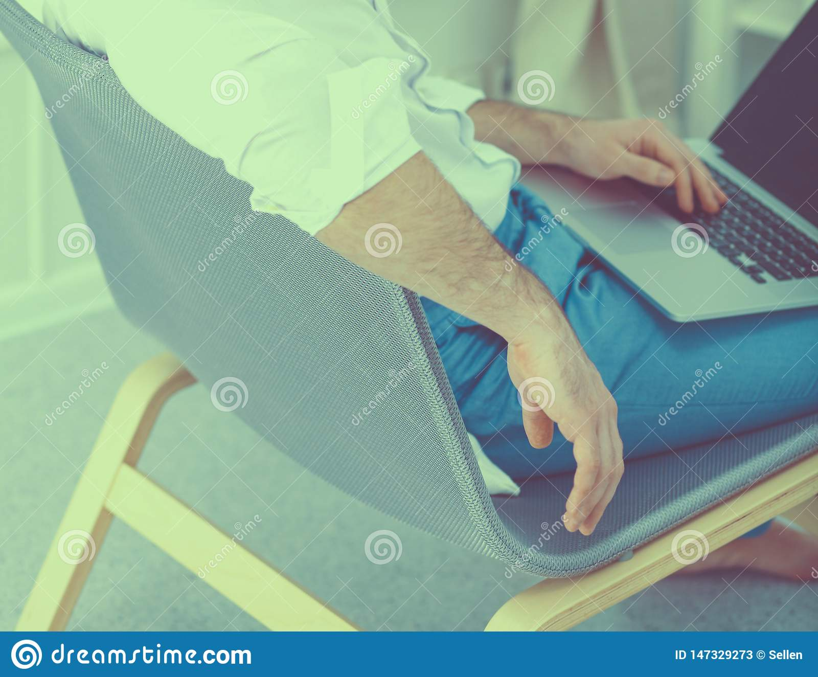 Ung aff?rsman som i regeringsst?llning fungerar och att sitta p? skrivbordet