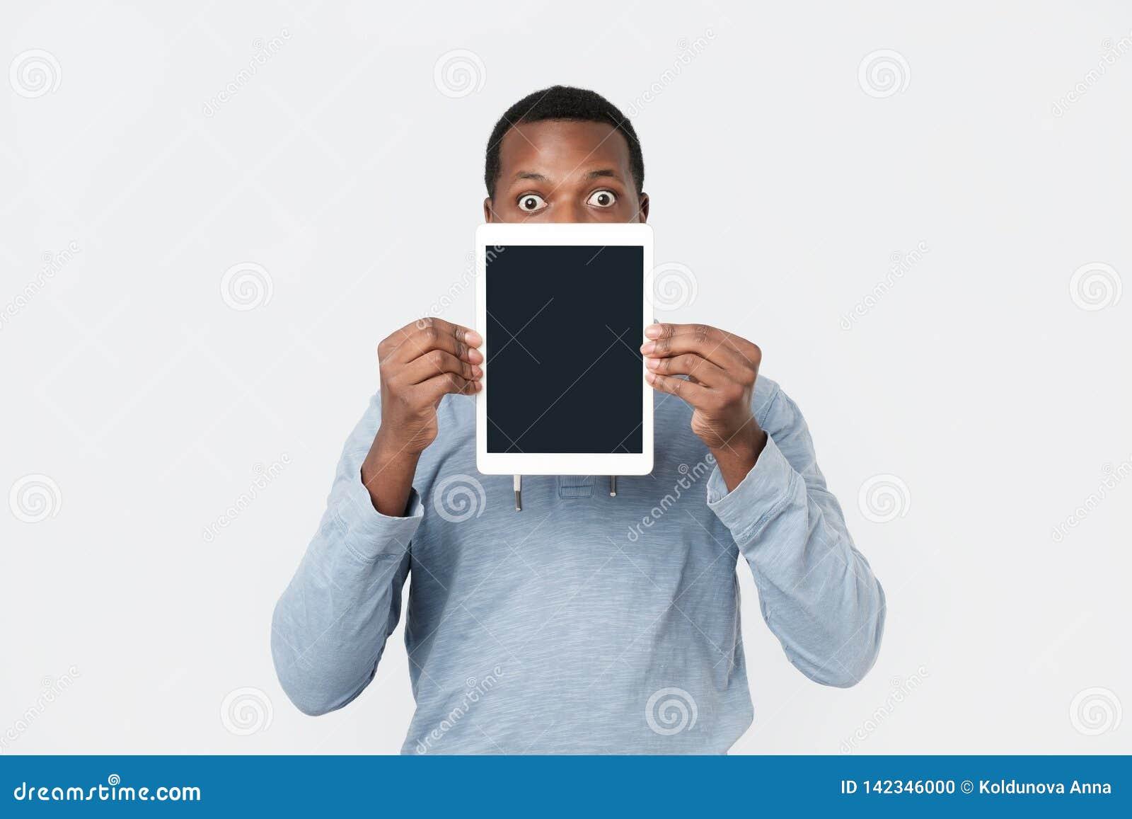 Ung afrikansk man med minnestavlavisningskärmen av den moderna minnestavlan