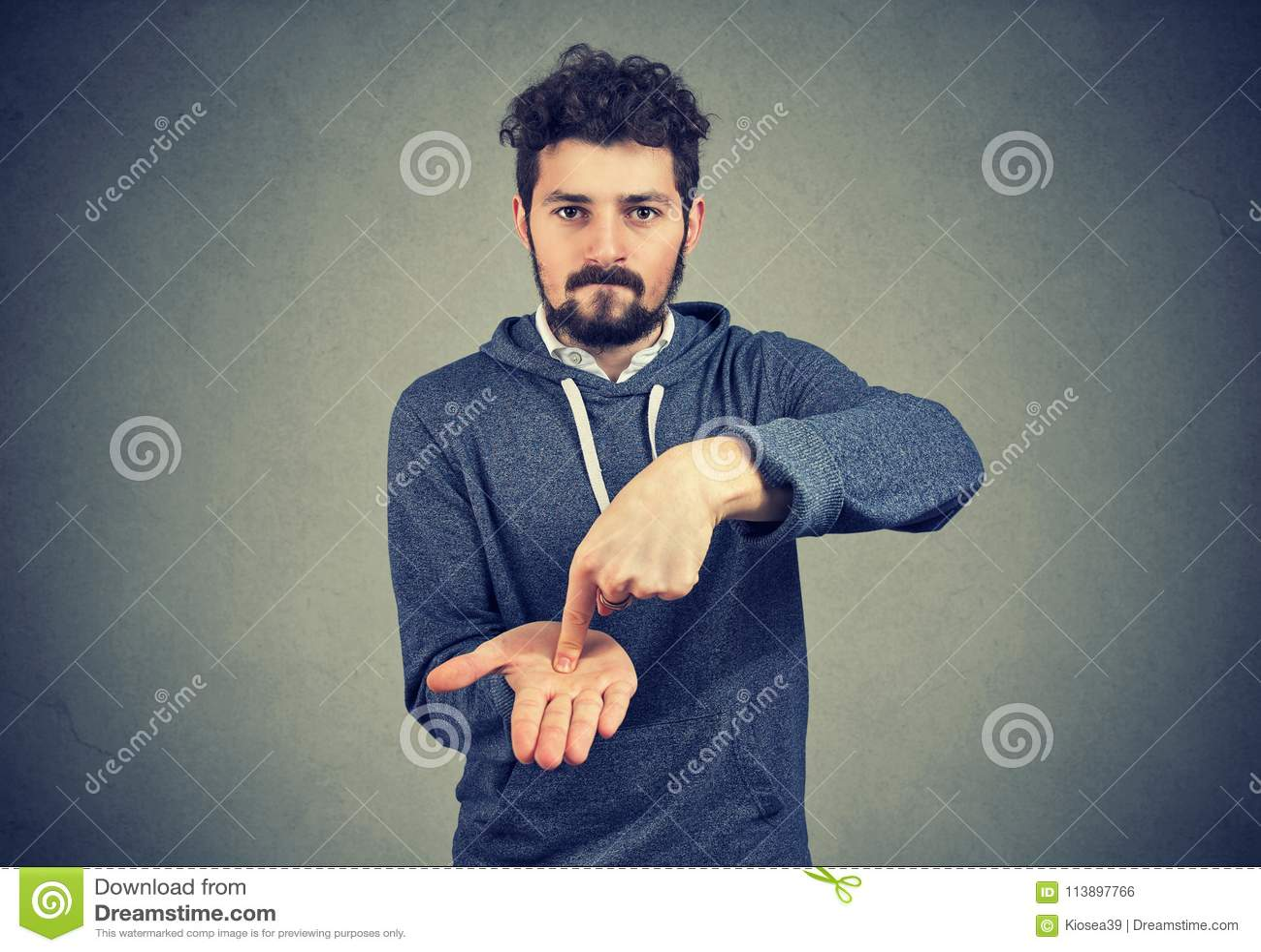 Ung allvarlig hipsterman som frågar för mer pengar
