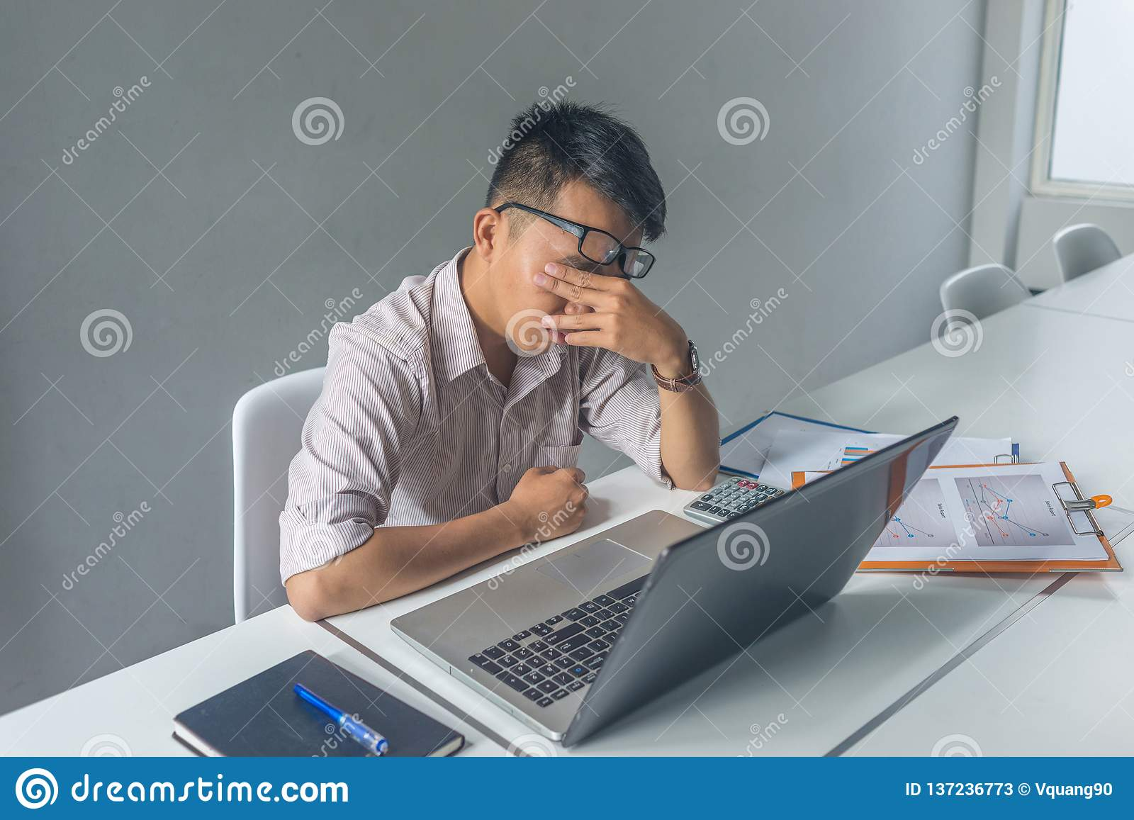 Ung asiatisk anställd att känna sig trött och frustrerat med jobb