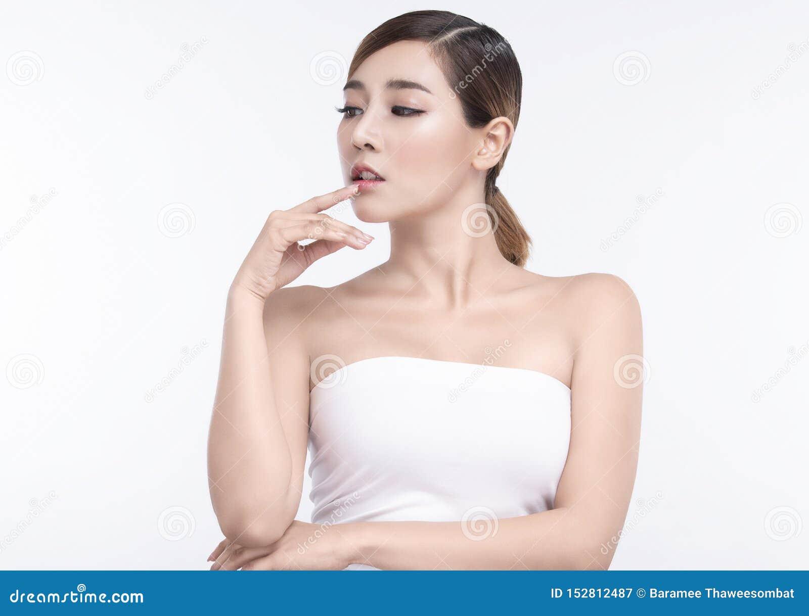 Ung asiatisk kvinna för skönhet med perfekta ansikts- hud och kanter Gester f?r annonseringbehandlingbrunnsort och cosmetology