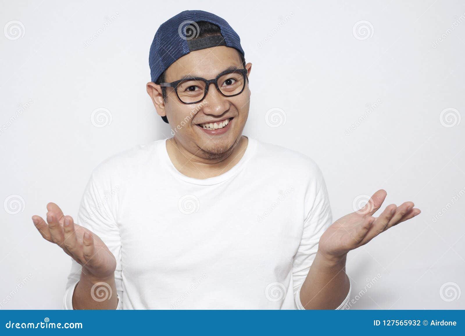 Ung asiatisk man som lyckligt ler