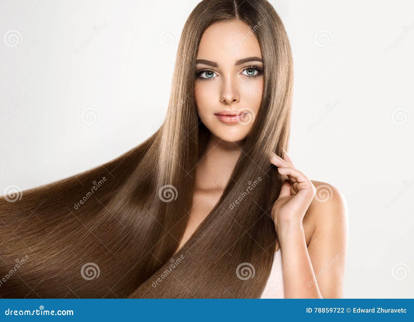Ung attraktiv modell med långt, rakt brunt hår