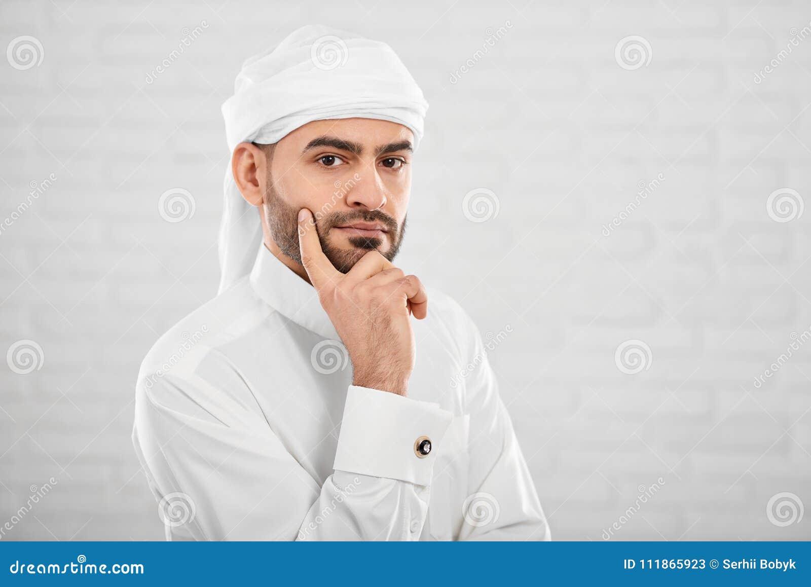 Ung attraktiv muslimman i traditionellt islamiskt cloting tänka om något