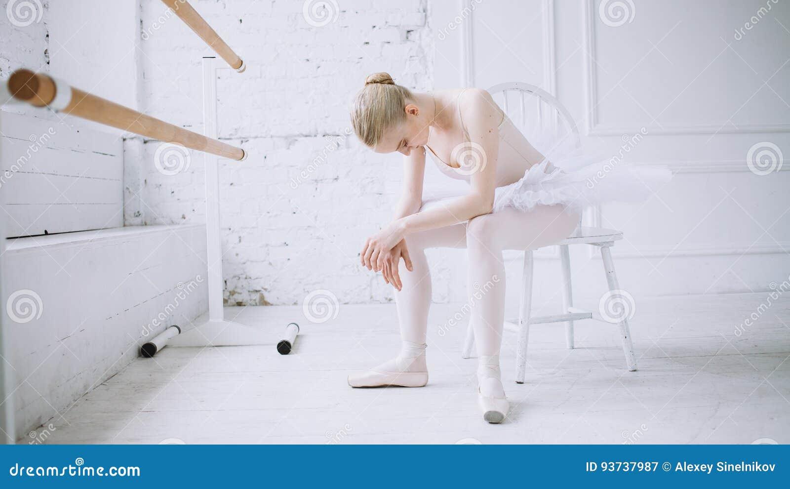 Ung ballerina i balettgrupp