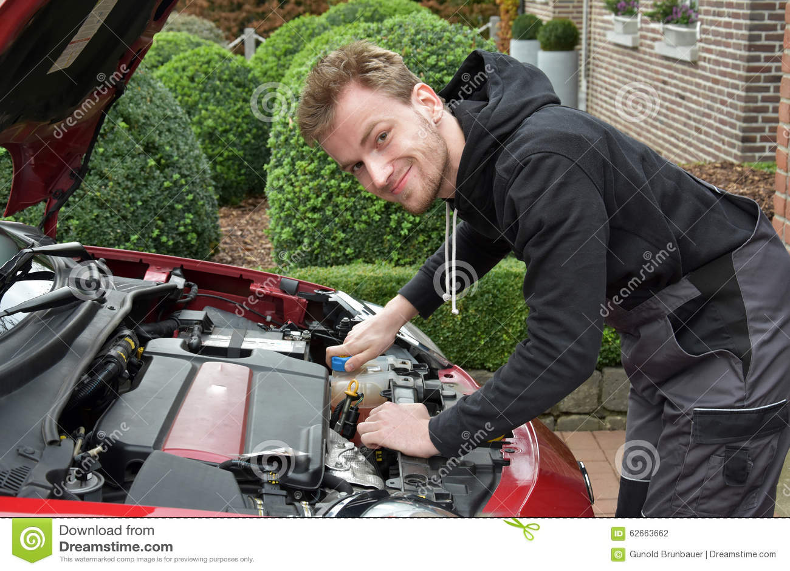 Ung bilmekaniker på arbete