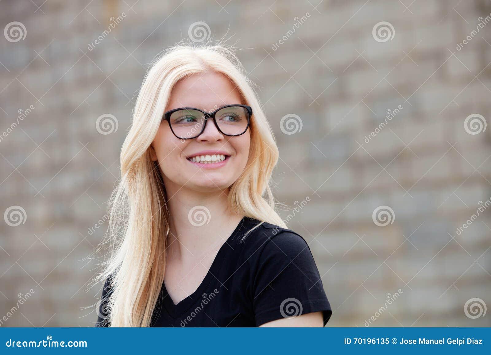 Ung blond flicka med att le för exponeringsglas