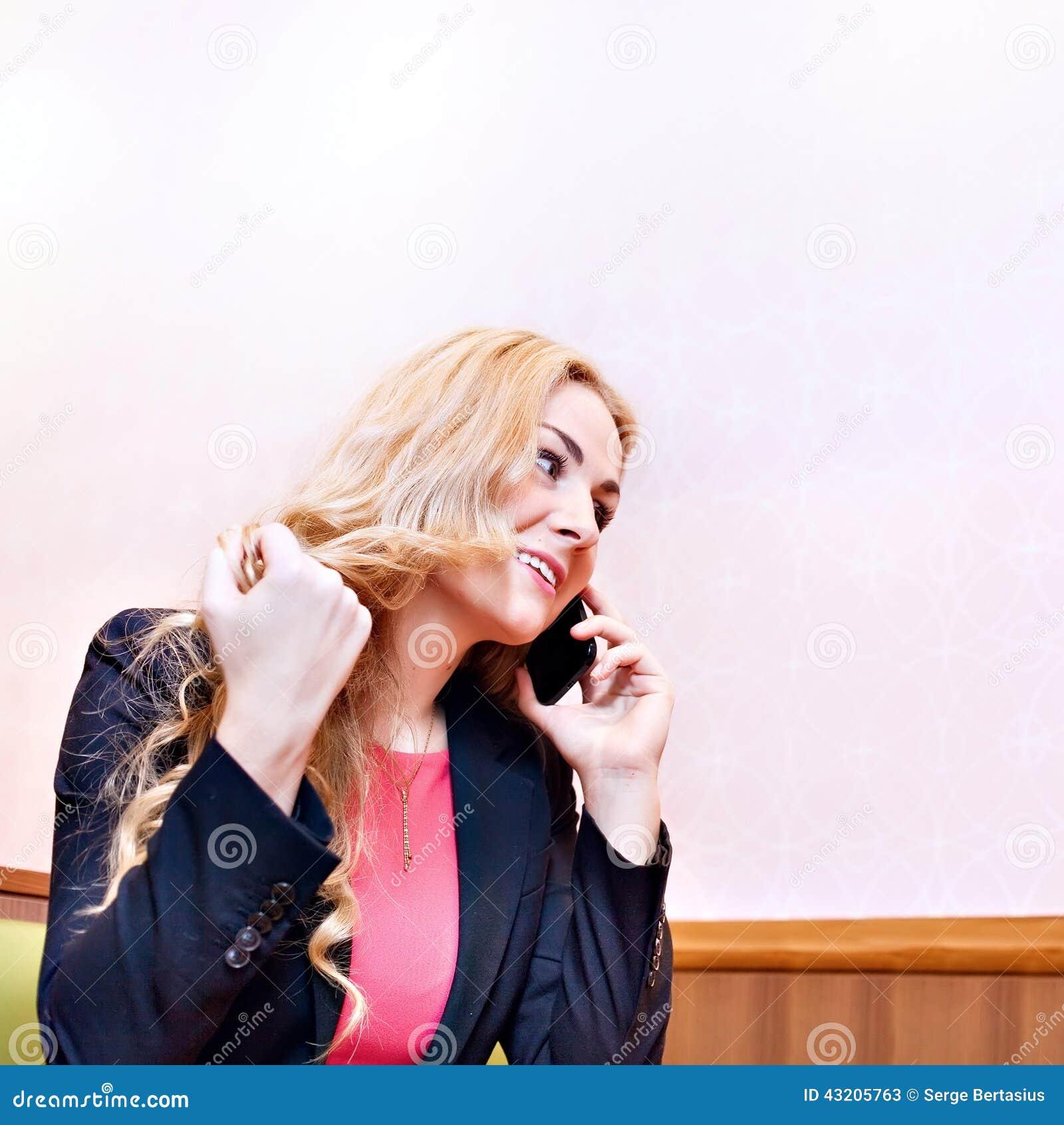 Download Ung Blond Flicka På Telefonen Fotografering för Bildbyråer - Bild av hår, gladlynt: 43205763