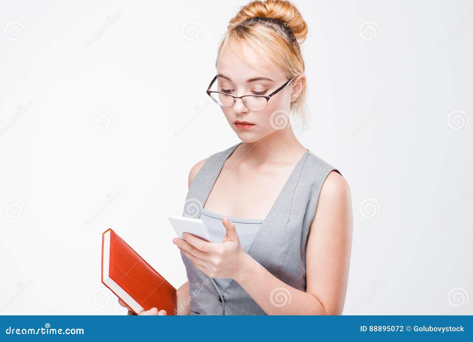 Ung blondin i exponeringsglas som missbrukas till smartphonen