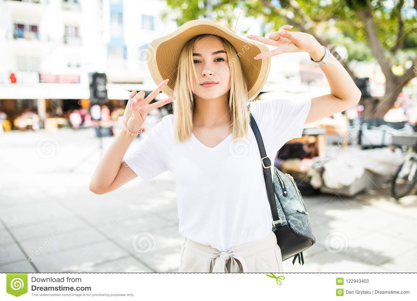 Ung brauty kvinna i sommarhatt på gatorna