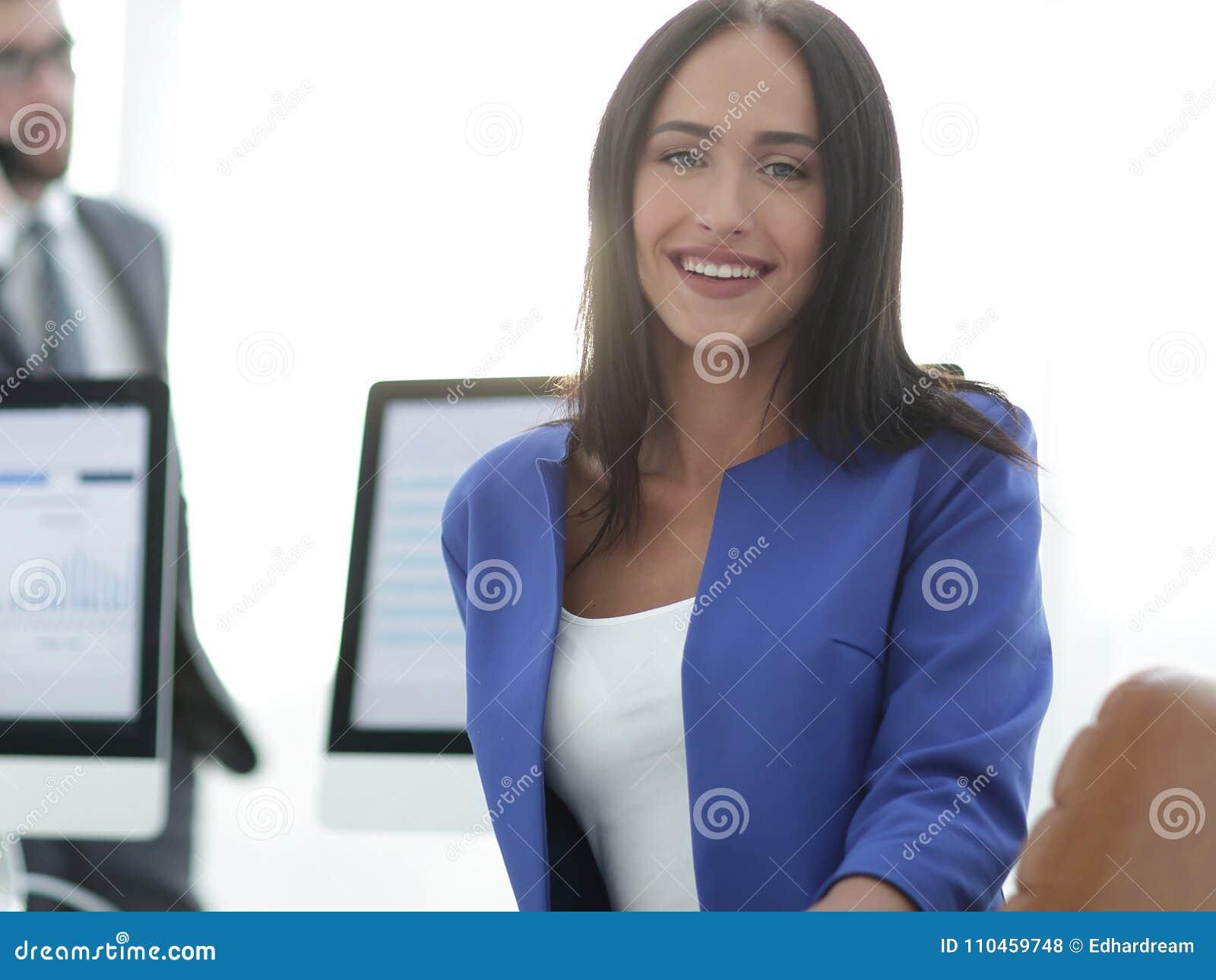 Ung brunettaffärskvinnaflicka som ser kameran