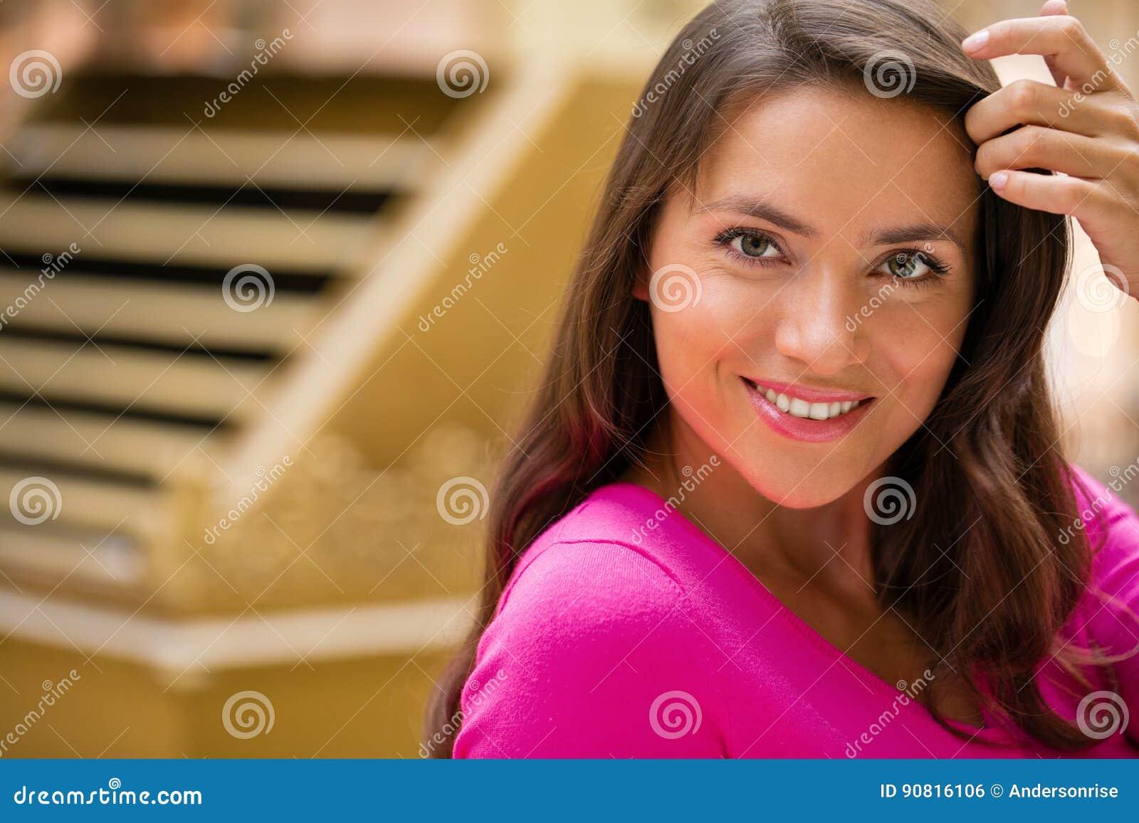 Ung brunettkvinna