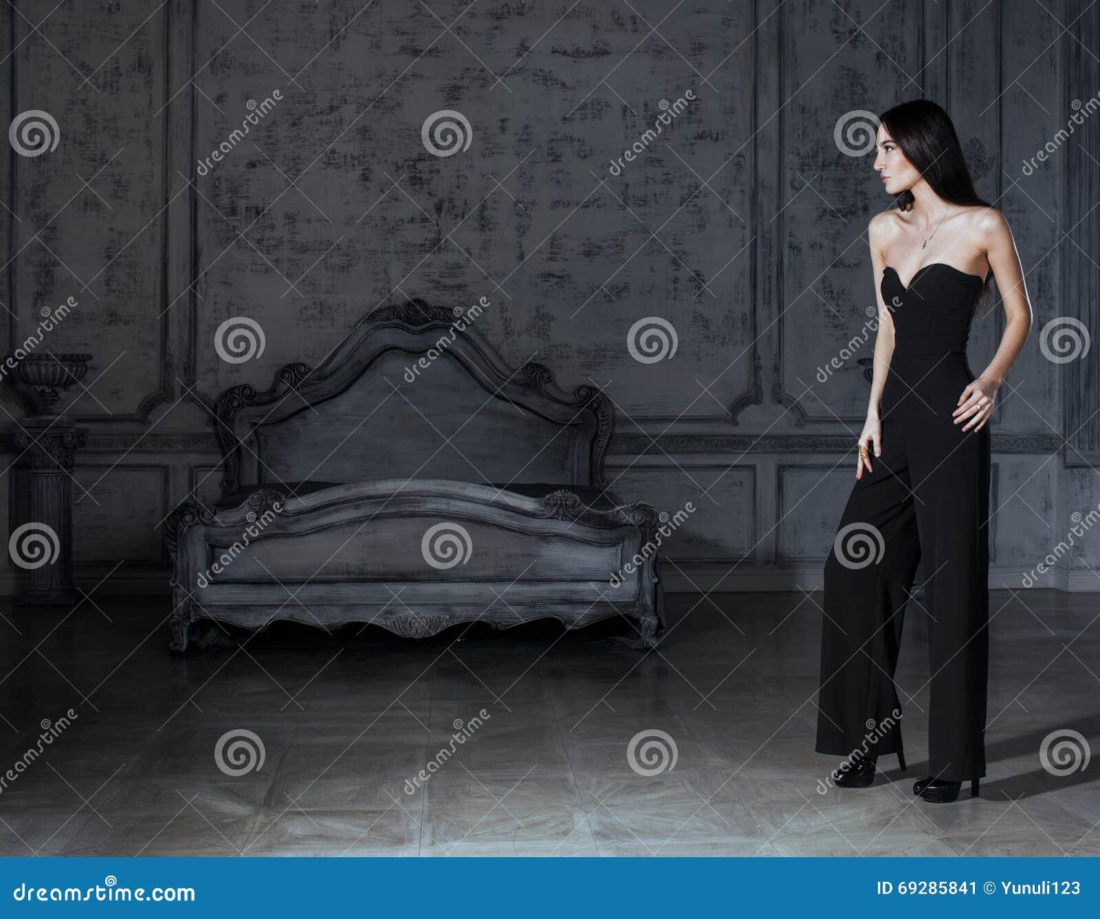 Ung brunettkvinna för skönhet i den lyxiga hemmiljön, grått ...