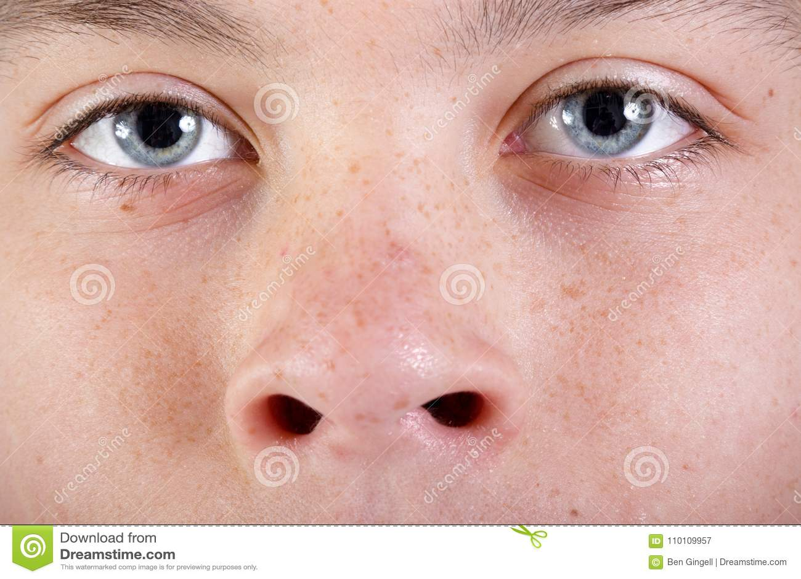 Ung caucasian framsida för ` s för tonårs- pojke