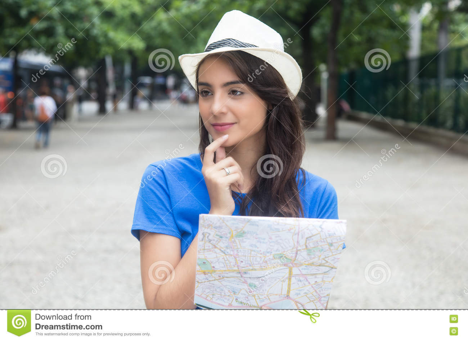 Ung caucasian kvinnlig turist med översikten som omkring ser