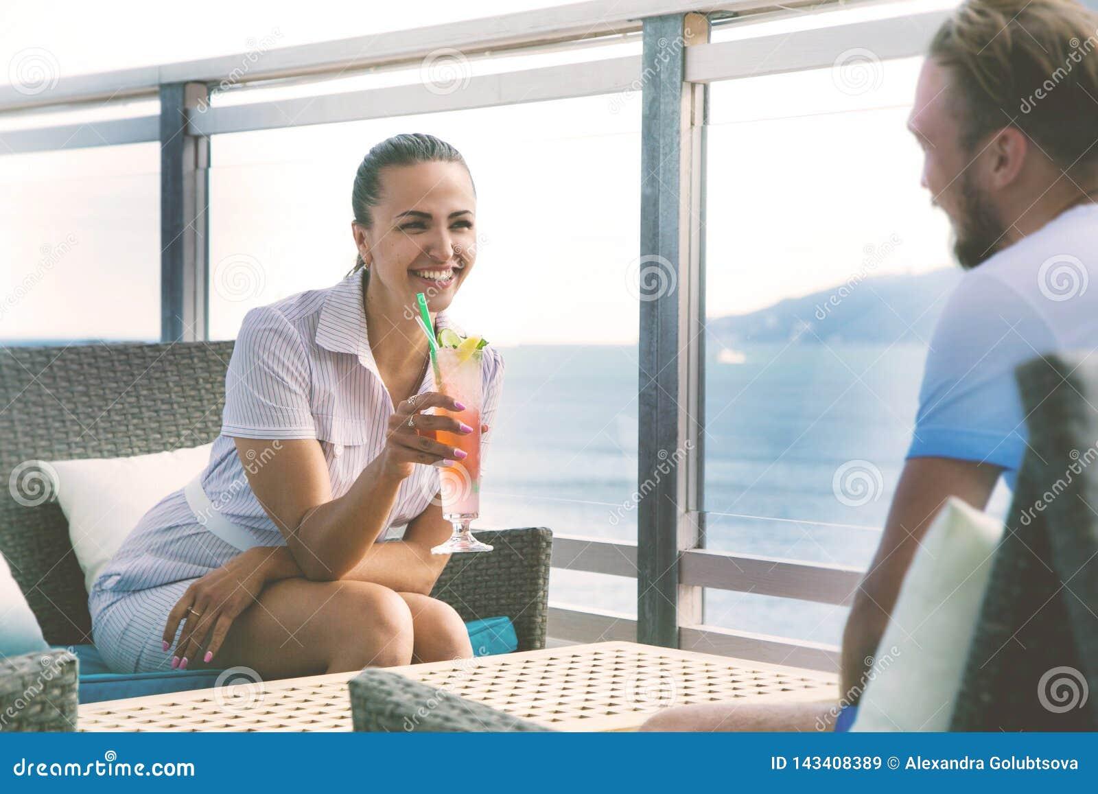 Ung copule som pratar i restaurang