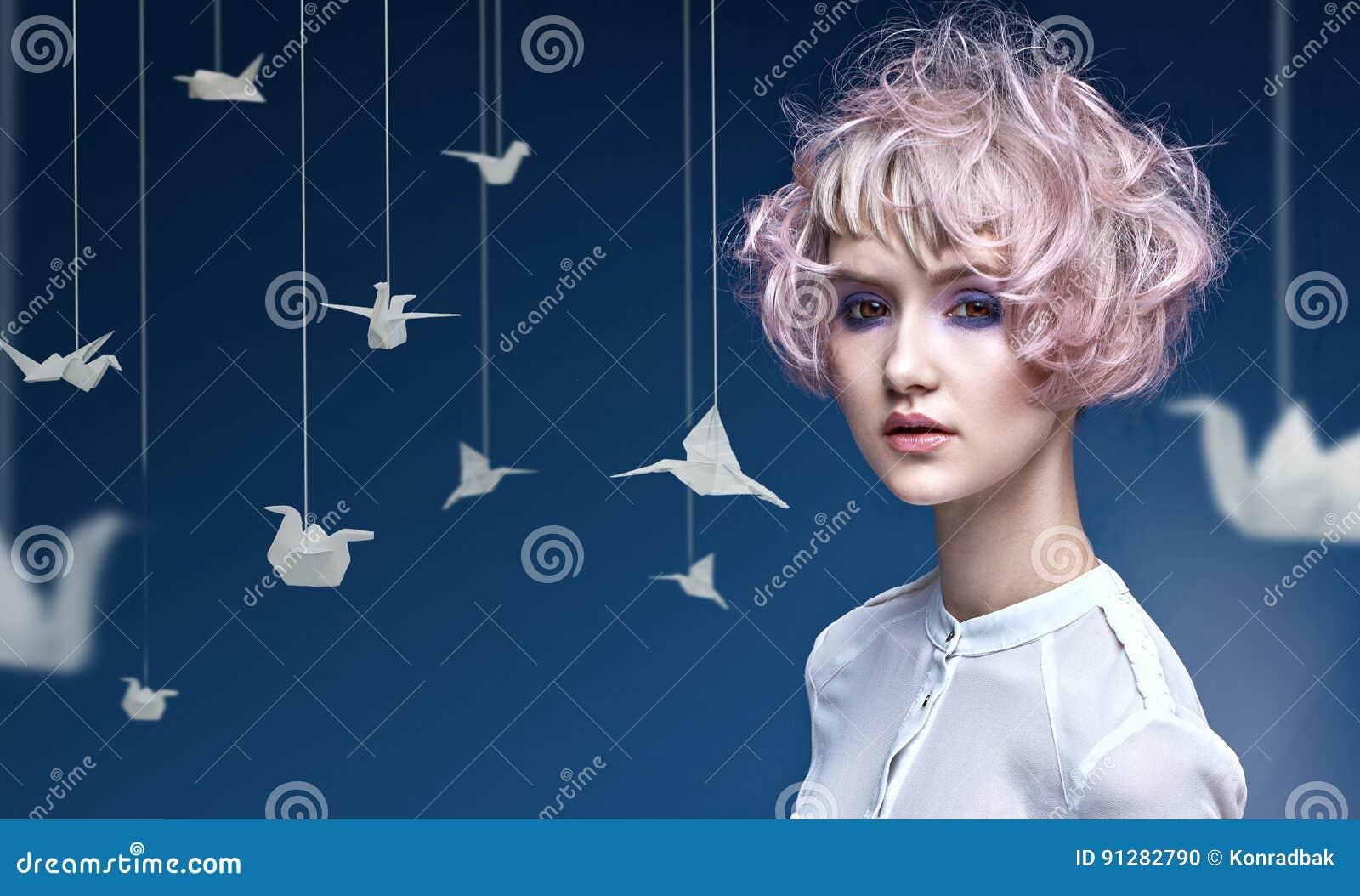 Ung dam med en färgrik frisyr