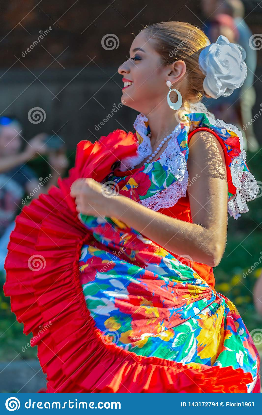 Ung dansareflicka från Puerto Rico i traditionell dräkt