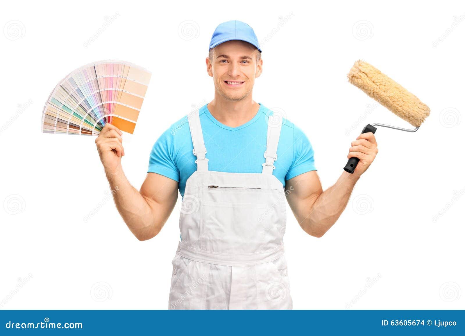 Ung dekoratör som rymmer en färgprovkarta