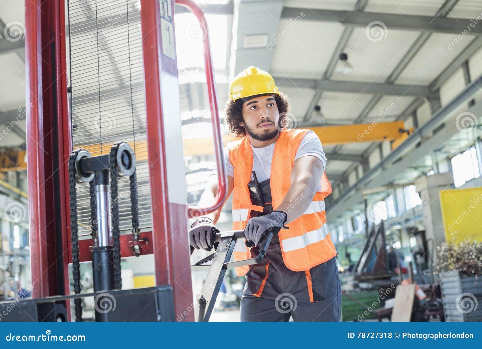 Ung driftig handlastbil för manuell arbetare i metallbransch