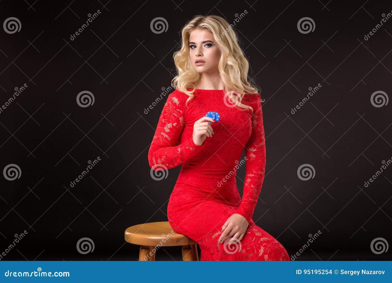 Ung emotionell kvinna som rymmer en grupp av chiper i hennes händer poker