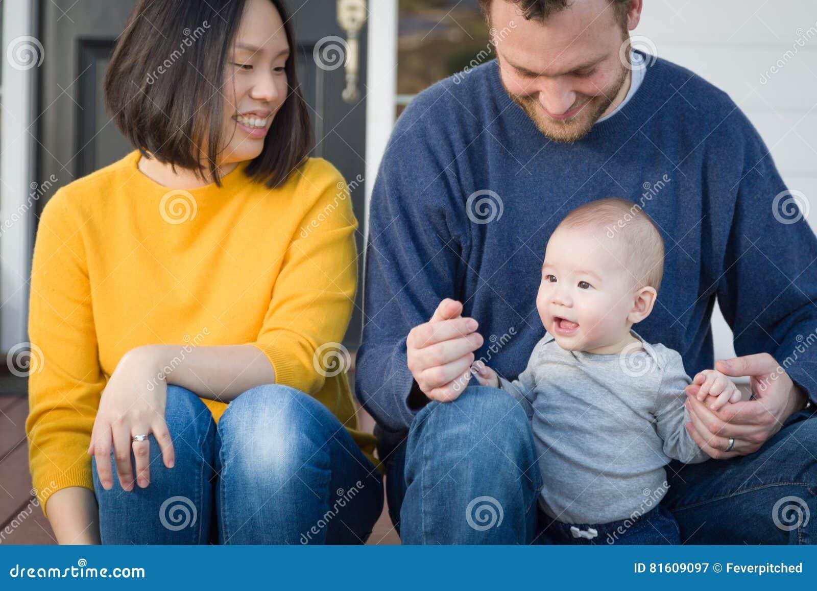 Ung för kines- och Caucasianfamilj för blandat lopp stående