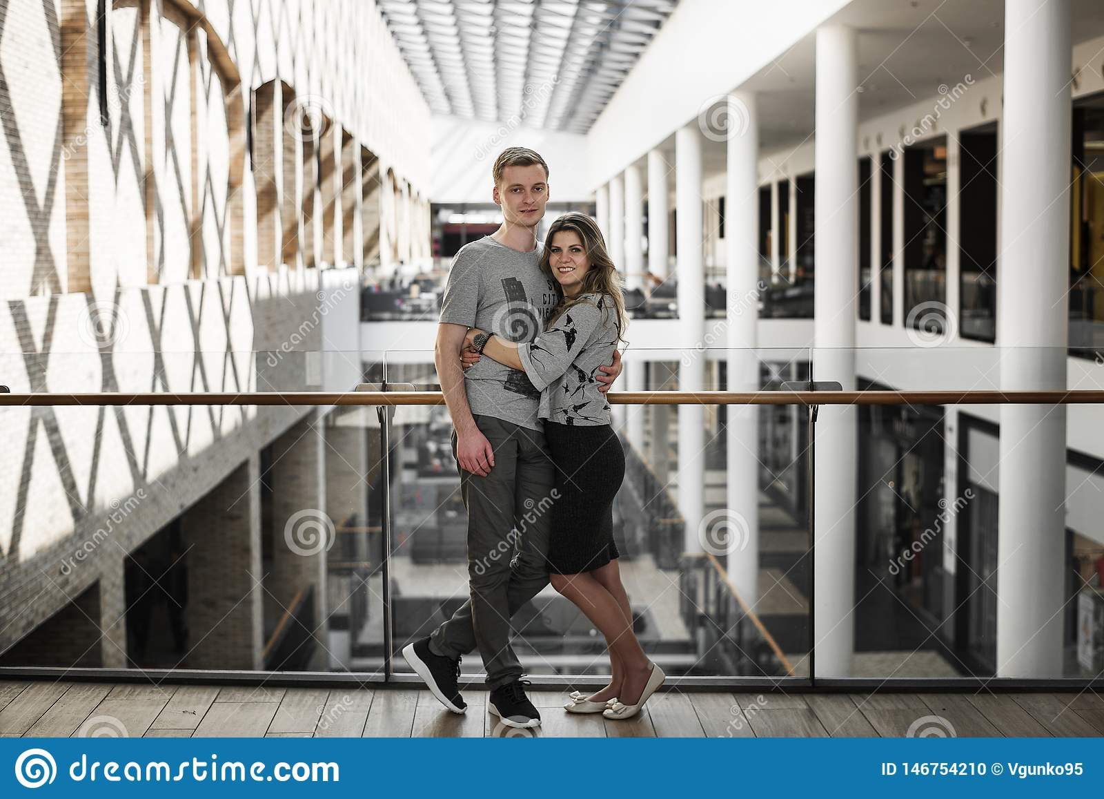 Ung familj som har daterat och spendera tid i shoppinggalleria