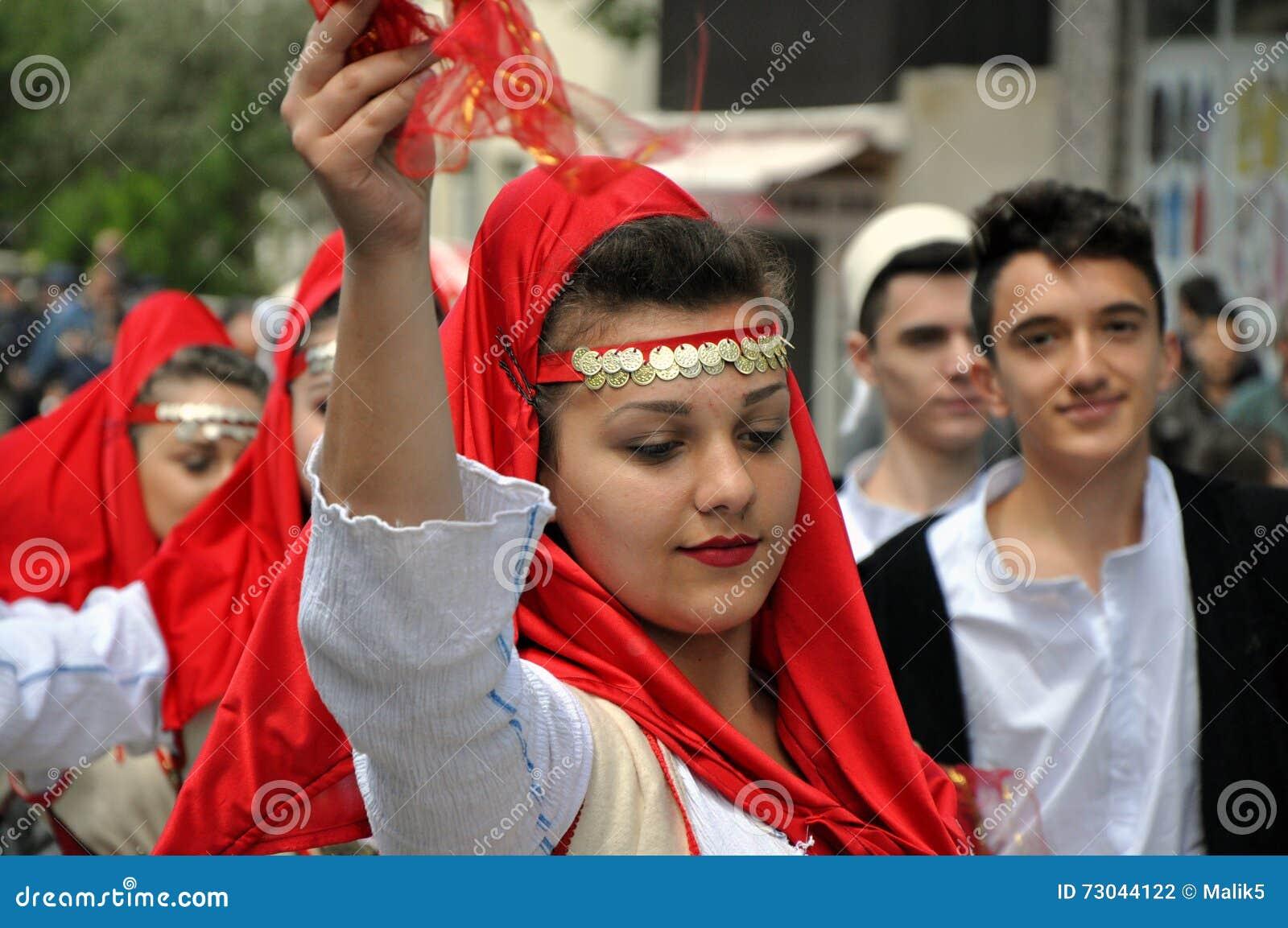 Ung flicka i albanian traditionell dräkt