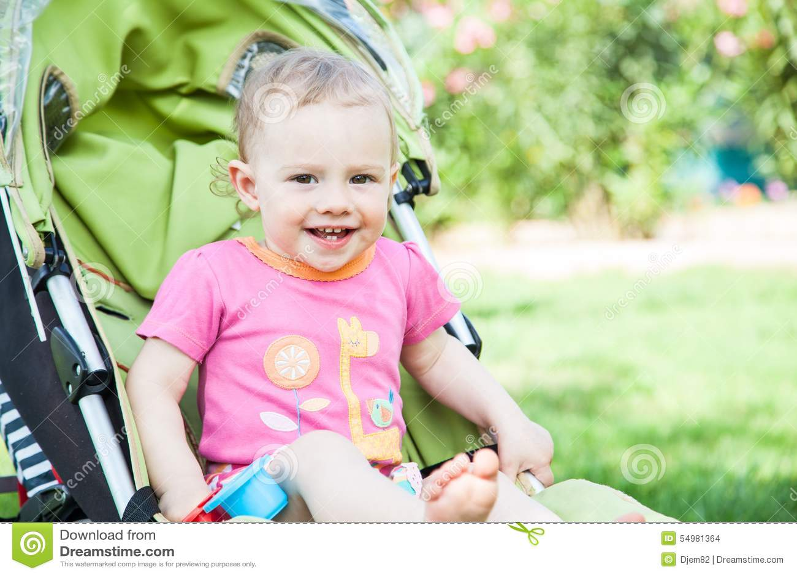 Ung flicka i vagn