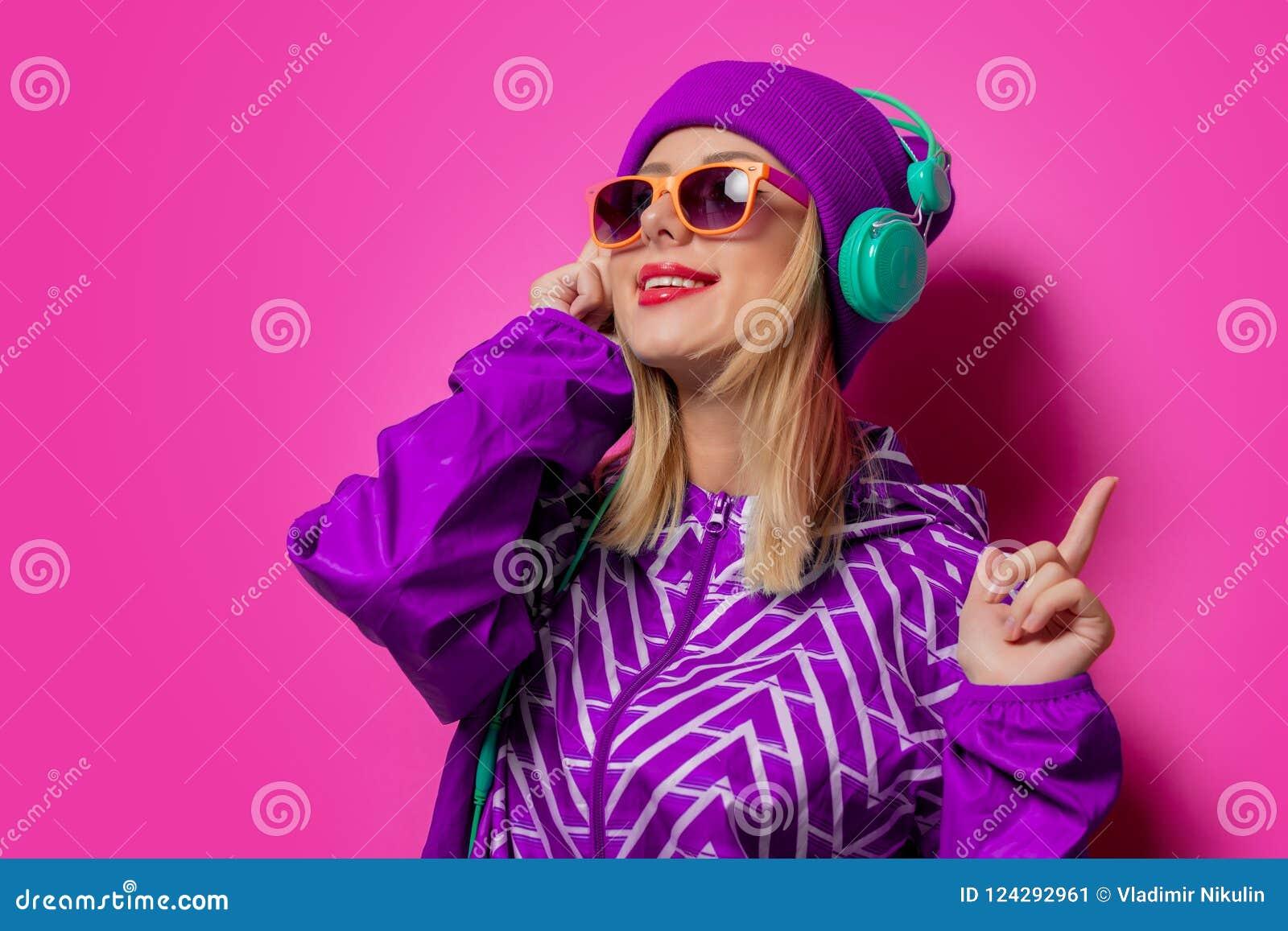 Ung flicka med hörlurar i sportomslag