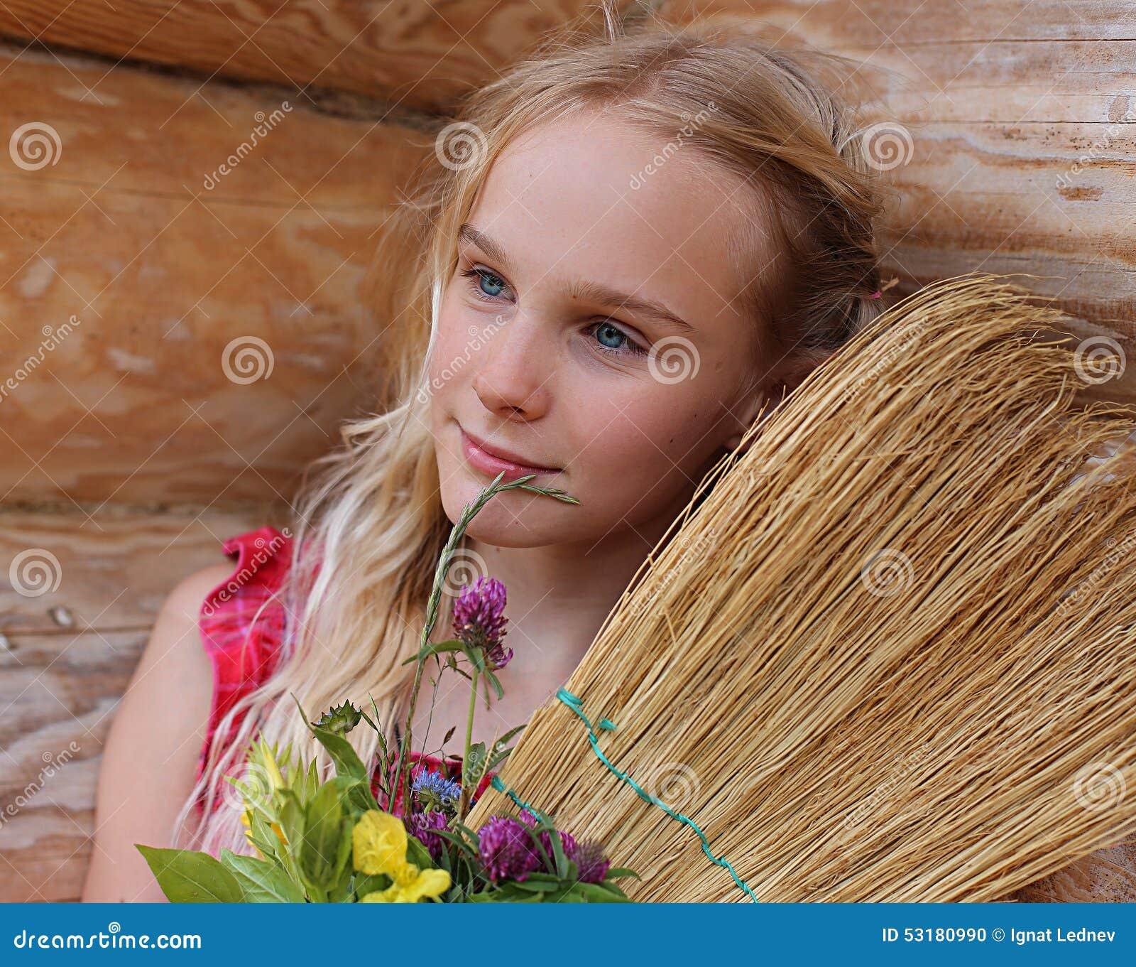Ung flicka med kvasten och blommor