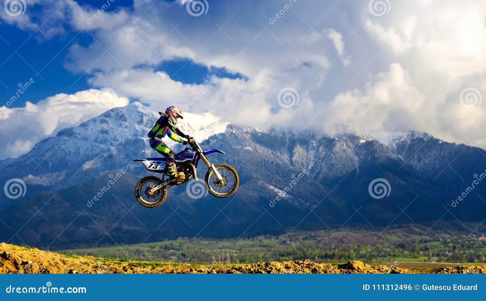 Ung flicka med motocrosscykeln i Rumänien extrema sportar