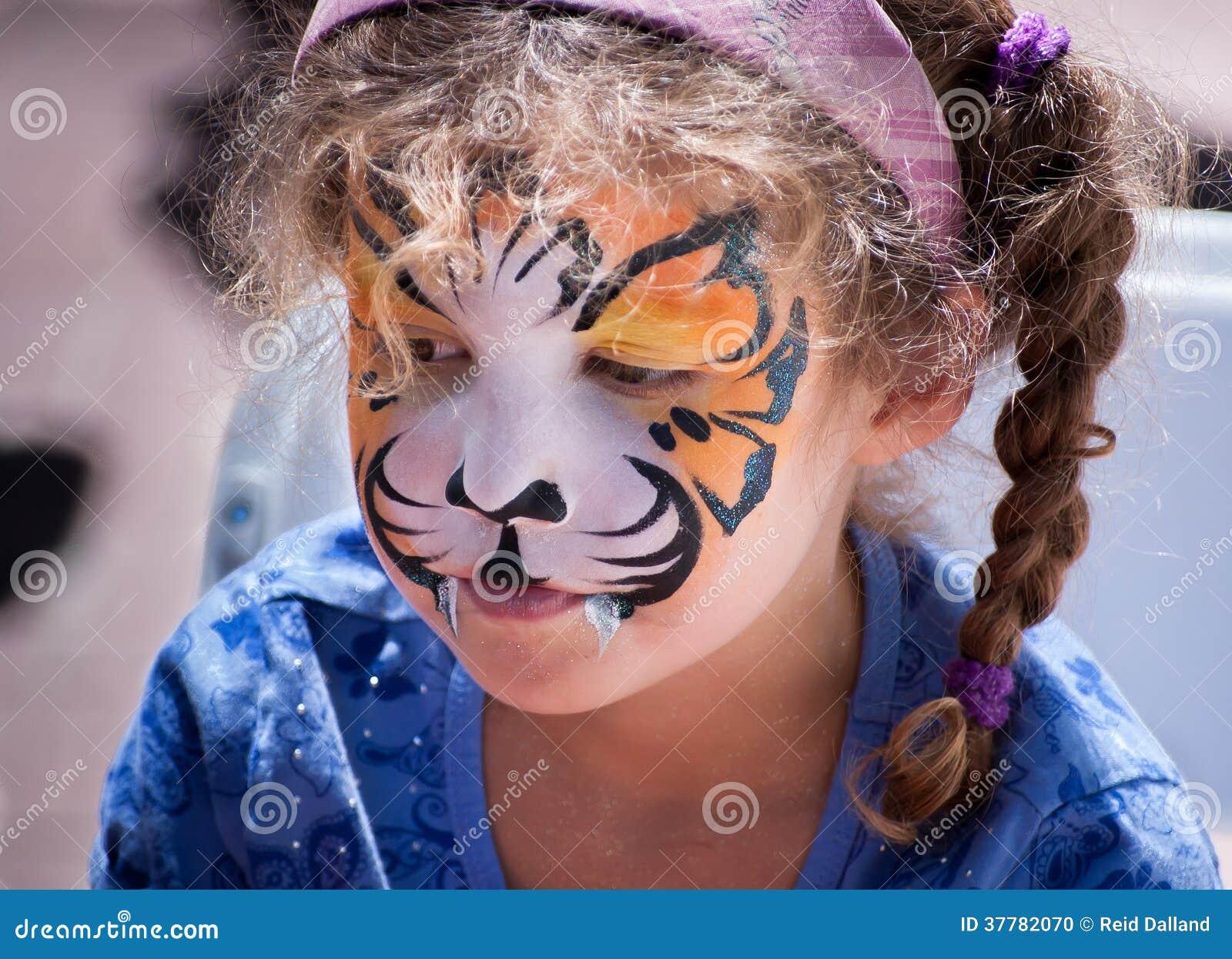Ung flicka med Tiger Face Painting.
