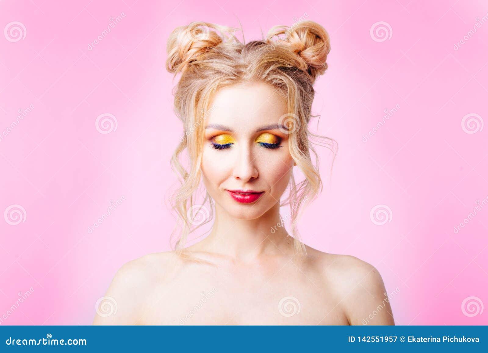 Ung flicka på en rosa bakgrund