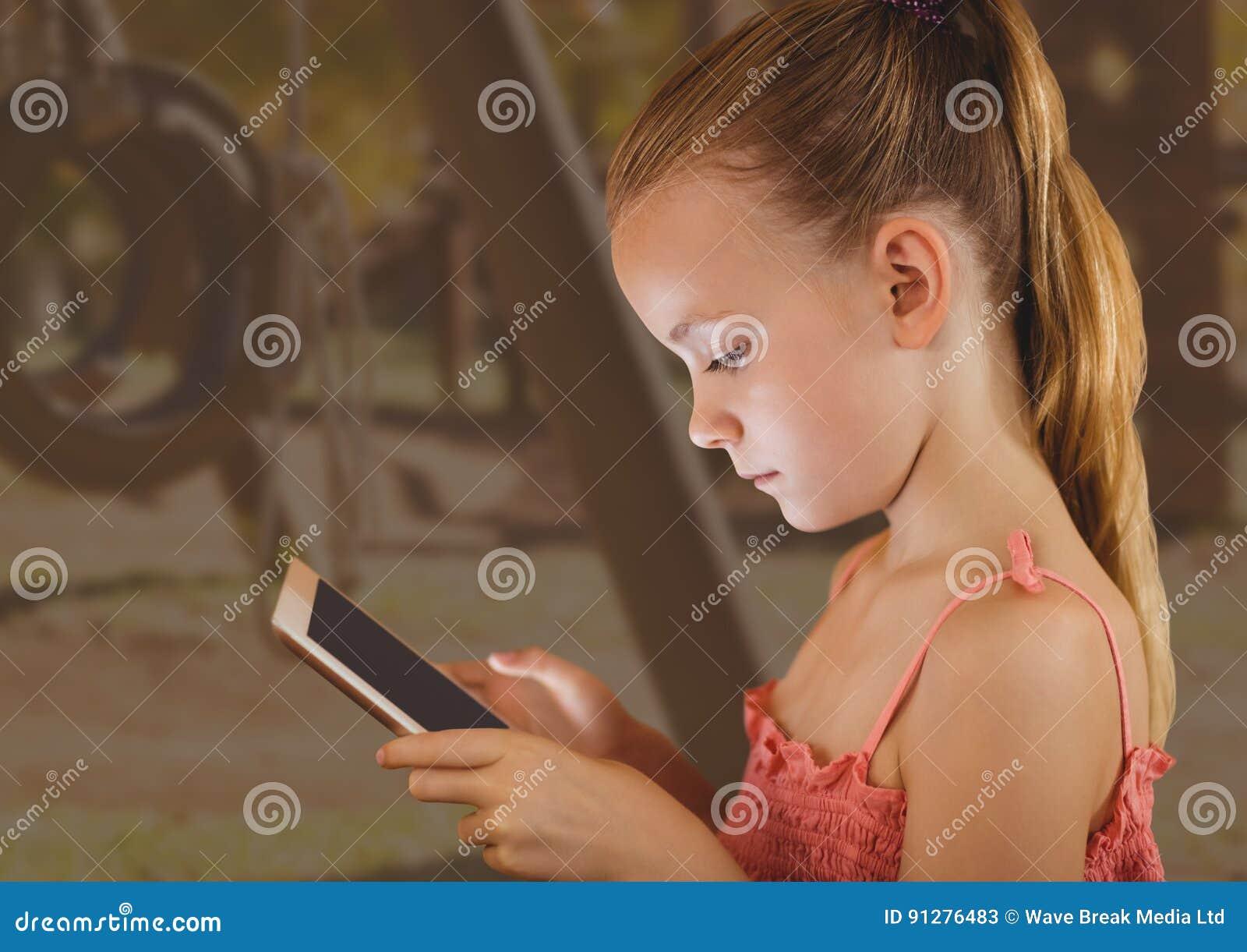 Ung flicka på minnestavlan med lekplatsbakgrund