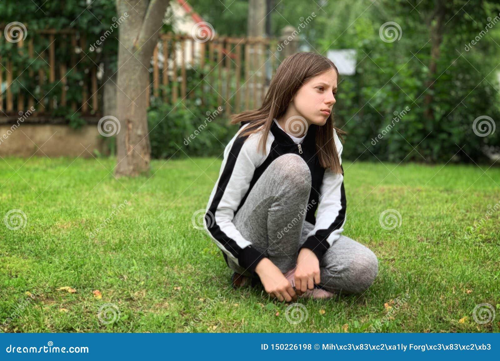 Ung flicka p? sminket f?r grass