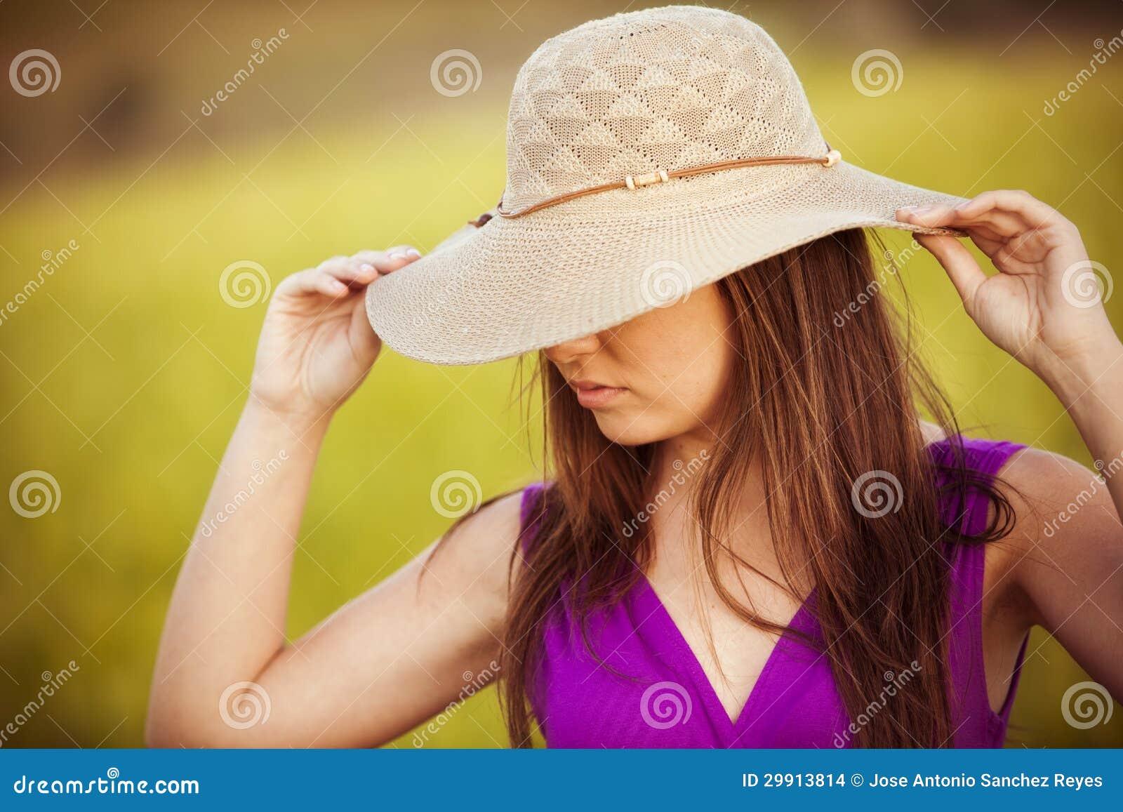 Dölja bak henne hatten