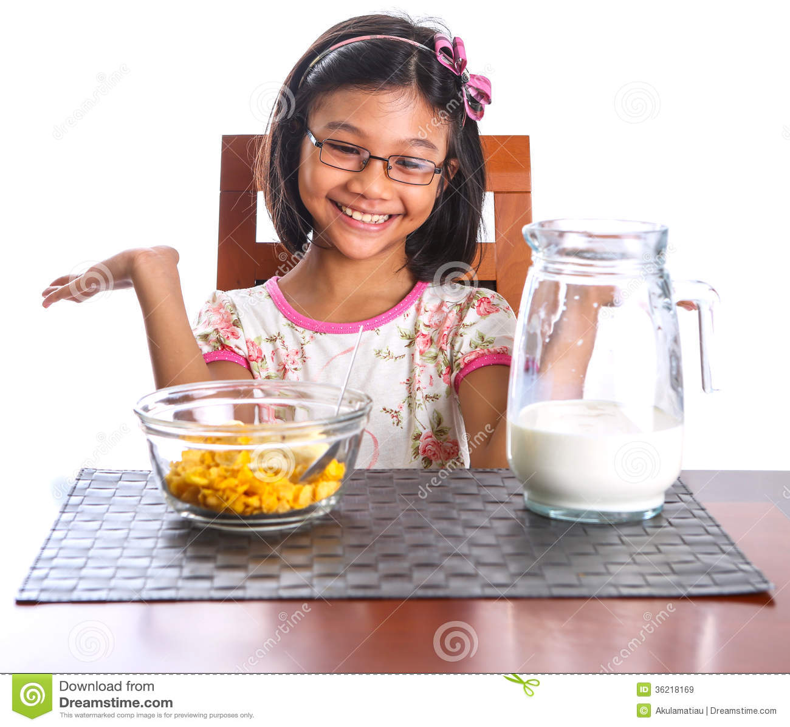 Ung flicka som har frukost II
