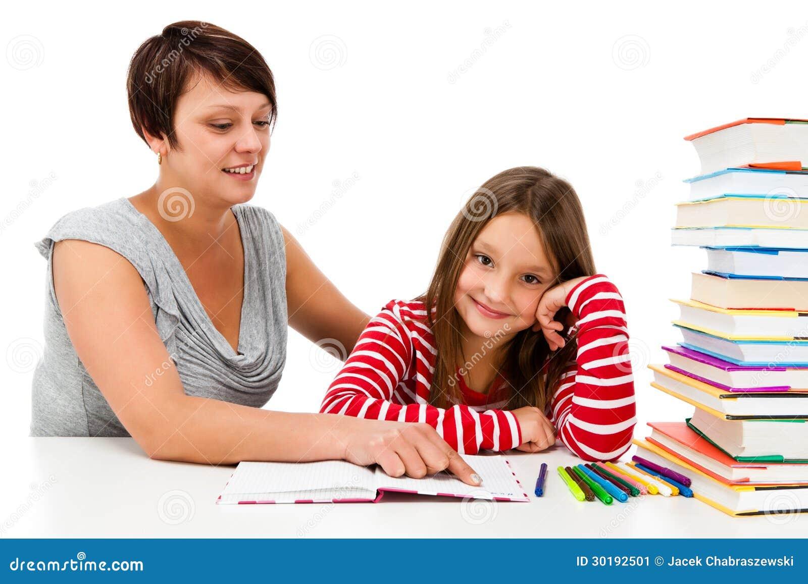 Flicka som gör läxan som isoleras på vitbakgrund