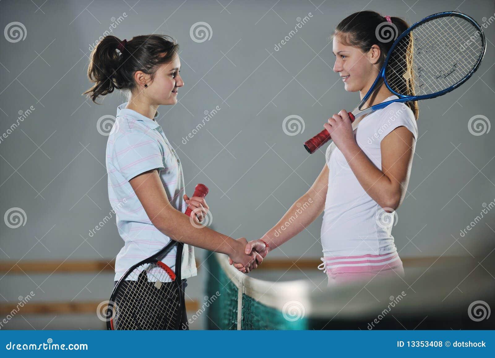 Ung flicka som leker modigt inomhus för tennis