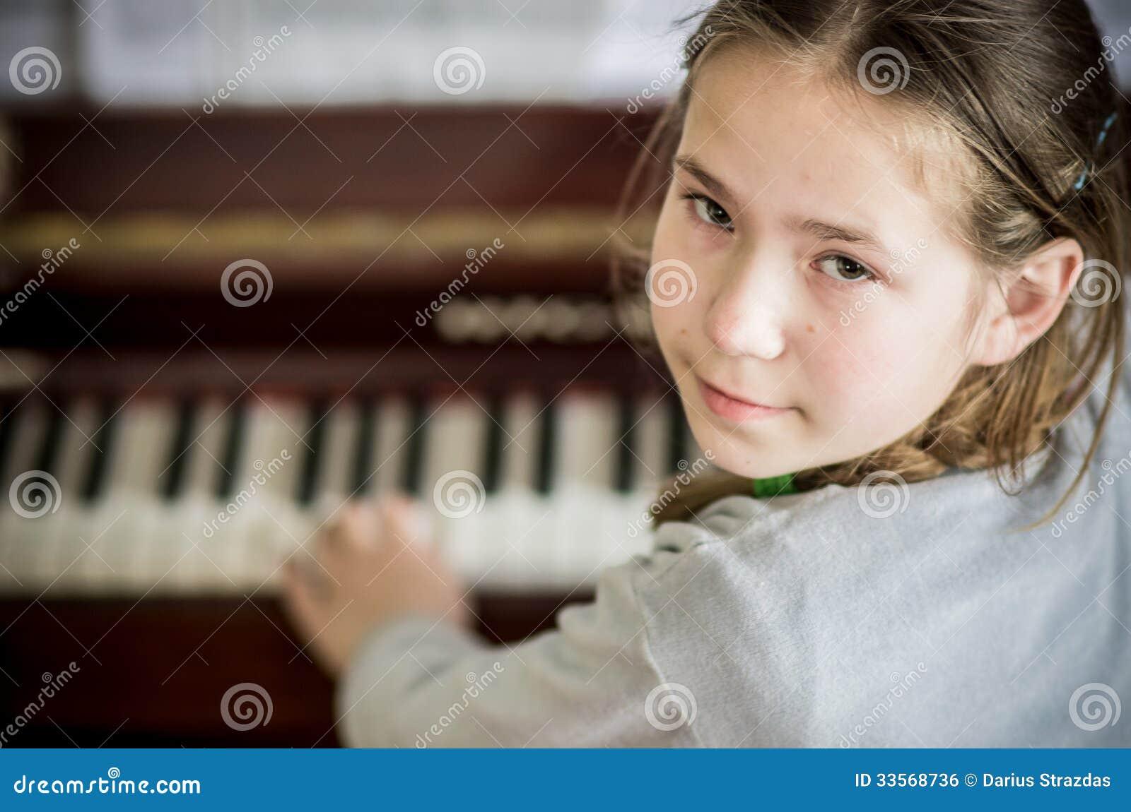 Ung flicka som spelar på piano
