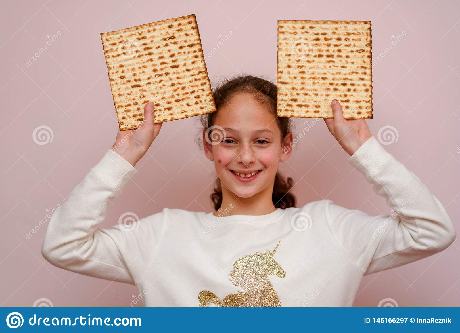 Ung flickainnehavmatzah eller matza Judiskt kort f?r f?r feriep?skh?gtidinbjudan eller h?lsning