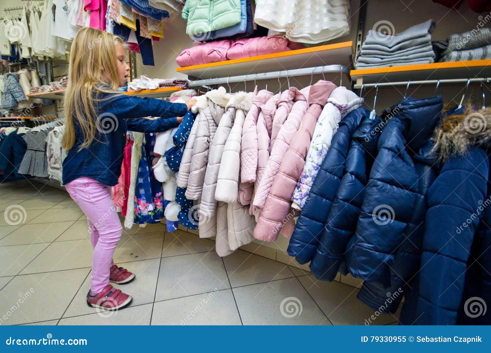 Ung flickashopping för ny kläder