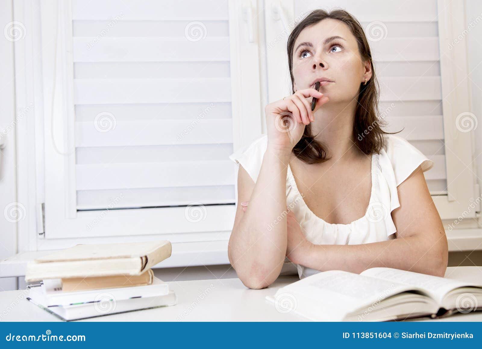 Ung flickastudent som förbereder sig för examen med böcker kvinnan studerar med läroböcker Förberedelse för period