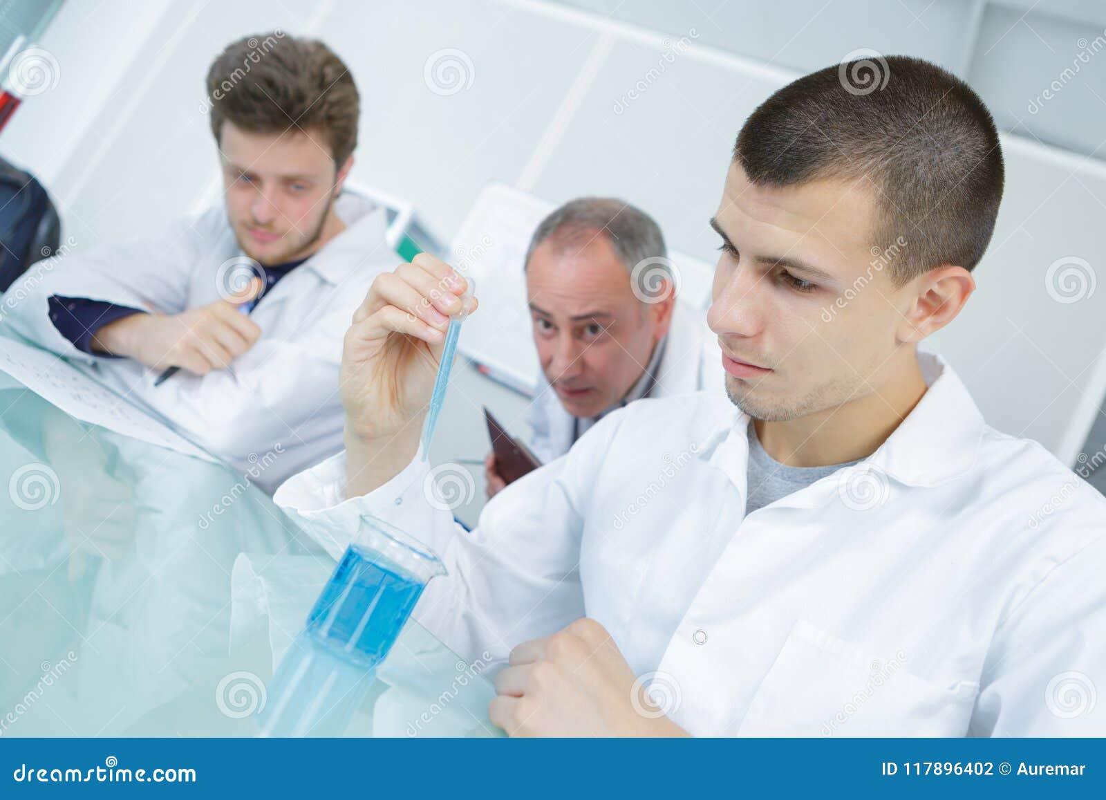 Ung forskare observera vätskeagens i laboratorium