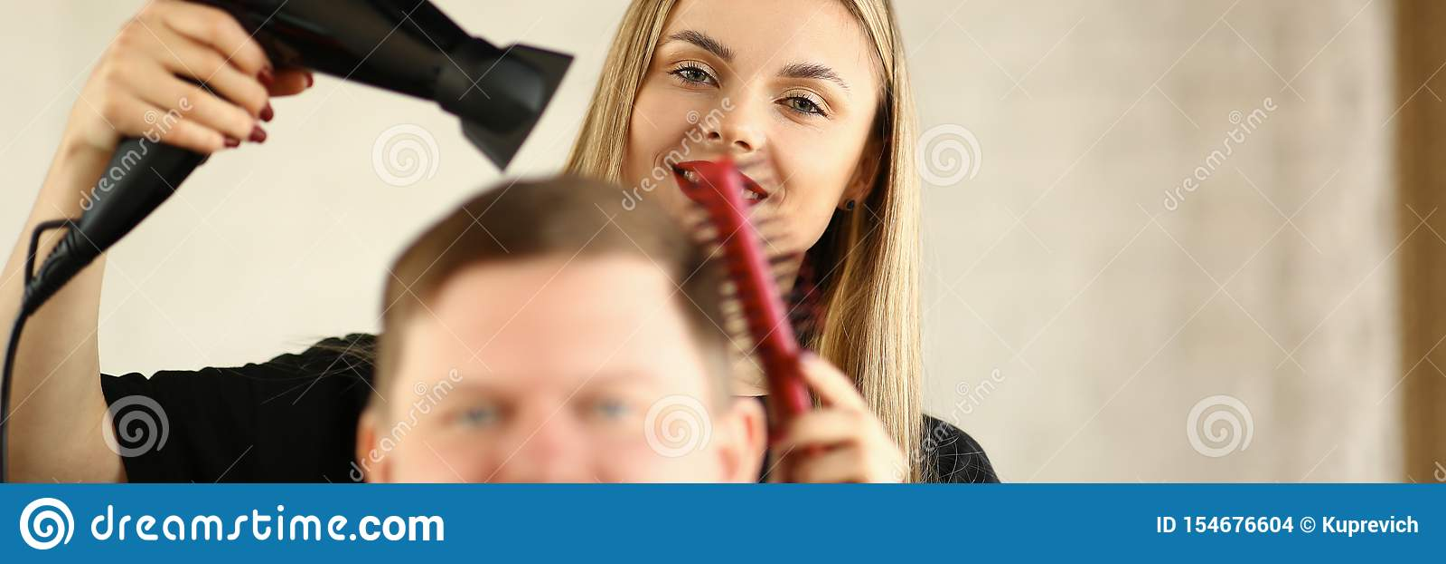 Ung fris?r Drying Male Hair vid slagtorken