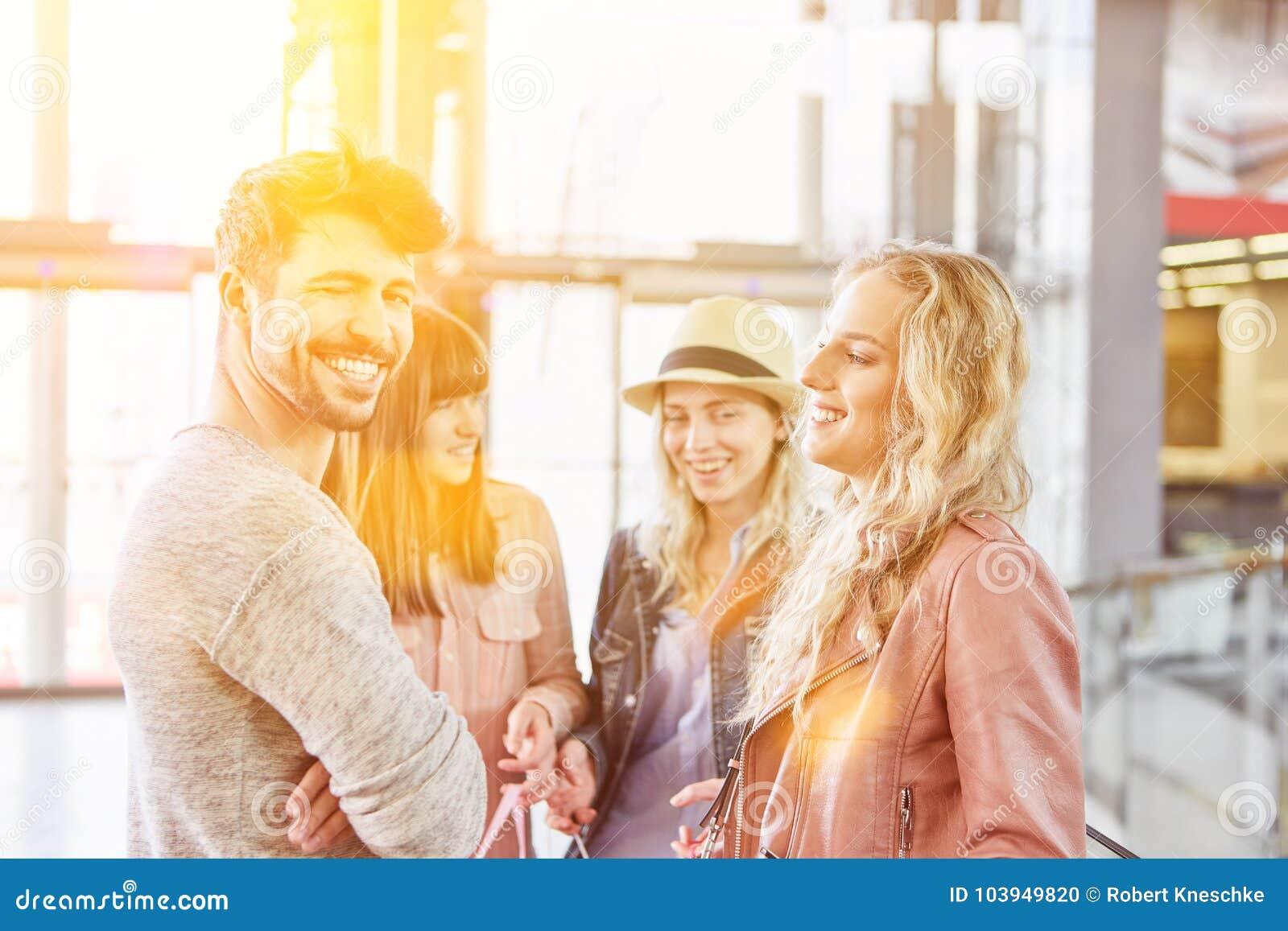 Ung grupp av vänner i en shoppinggalleria