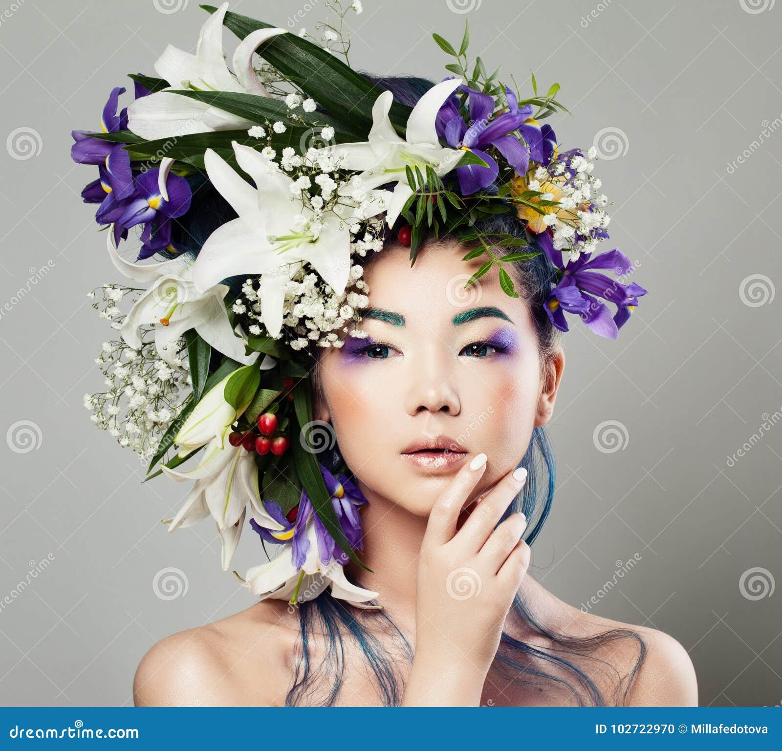 Ung gullig asiatisk modell Woman med blomningblommafrisyren